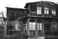 Une maison en bois à Miedzeszyn (photo : avril 2000).